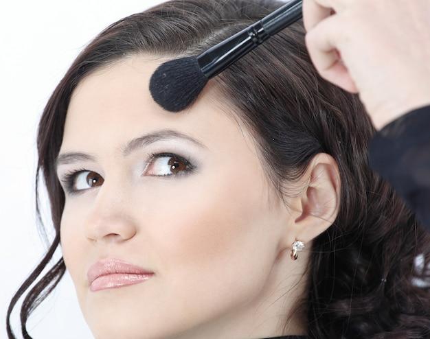 Красивая молодая женщина с ежедневным макияжем