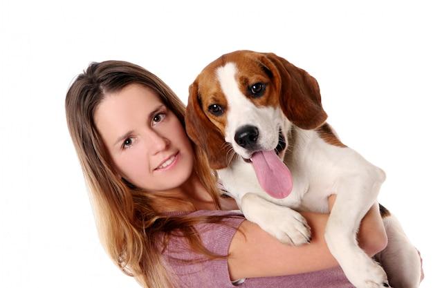 Bellissima giovane donna con cane