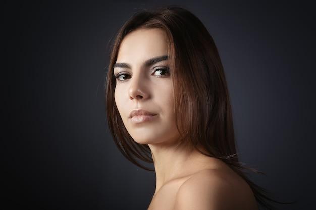まつげエクステの美しい若い女性