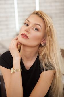 完璧なメイクと美しい若い女性
