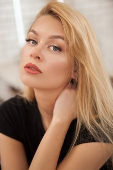 Красивая молодая женщина с безупречным макияжем