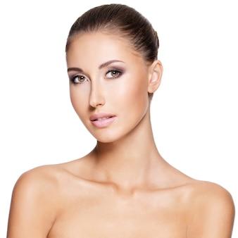 Bella giovane donna con la pelle pura fresca, isolata su bianco.