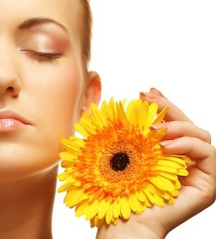 ガーバーの花と美しい若い女性