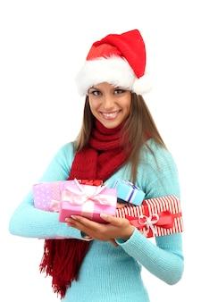 Красивая молодая женщина с подарками, изолированные на белом