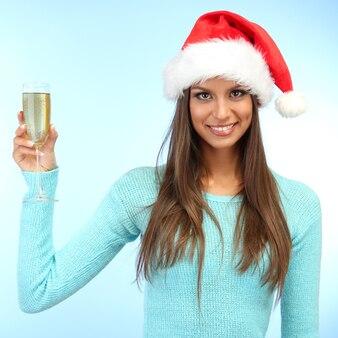 シャンパングラスを持つ美しい若い女性