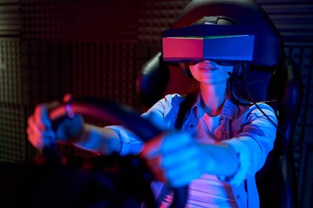 バーチャルリアリティのメガネを持つ美しい若い女性。 vr、ゲーム、エンターテインメント、未来のテクノロジーコンセプト。