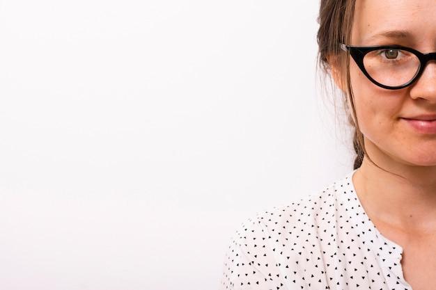 Bellissima giovane donna con gli occhiali