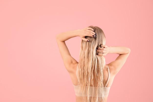 色の健康な長い髪の美しい若い女性