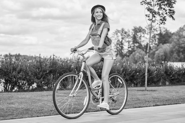 공원에서 자전거를 탄 아름다운 젊은 여성