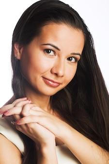 Красивая молодая женщина с длинными волосами на белом