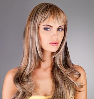 긴 머리 포즈와 아름 다운 젊은 여자