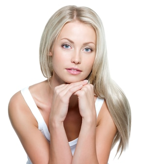흰 벽에 긴 스트레이트 머리를 가진 아름 다운 젊은 여자