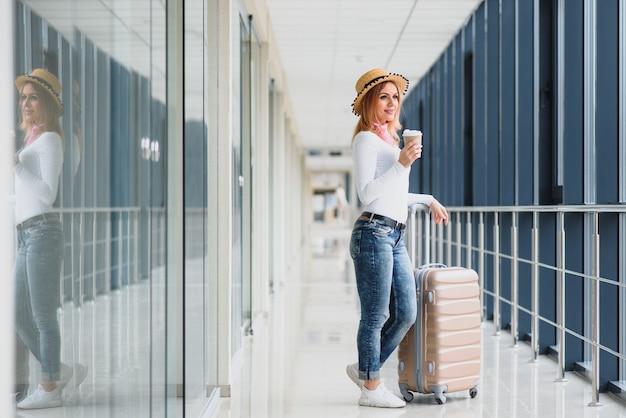 空港で荷物を持つ美しい若い女性