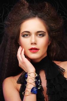 壮大な髪型の美しい若い女性、クローズアップ