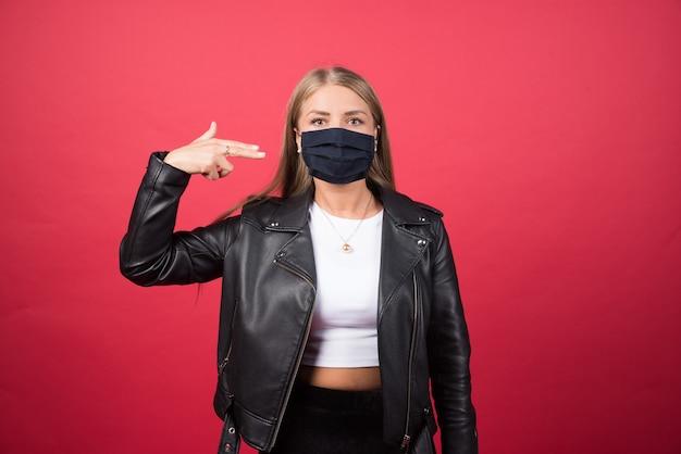 Bella giovane donna con una maschera facciale medica