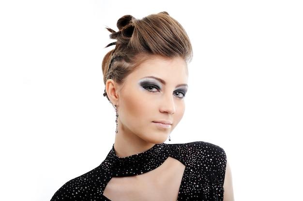 モダンな髪型の美しい若い女性-白で隔離