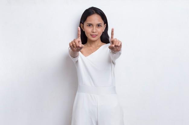 심각한 표정 방어 제스처와 함께 정지 신호를 하 고 열려 손으로 아름 다운 젊은 여자