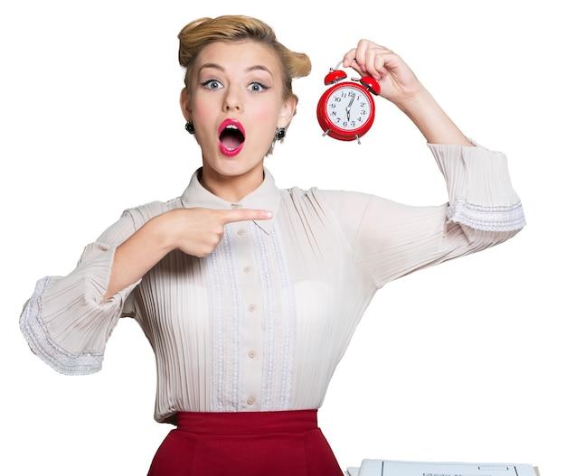 Красивая молодая женщина с пин-ап макияж, держа часы