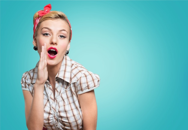 Красивая молодая женщина с макияжем пин ап