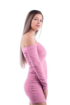 ピンクのドレスを着た美しい若い女性。