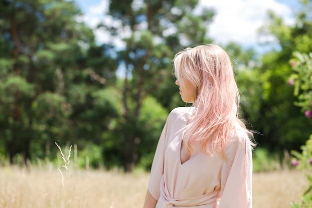 ピンクの衣装でピンクの髪を持つ美しい若い女性