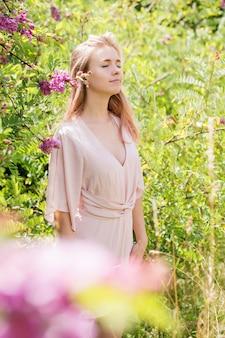 ピンクの短い衣装でピンクの髪の美しい若い女性