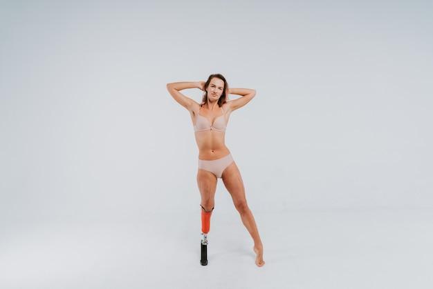 Красивая молодая женщина с протезом ноги