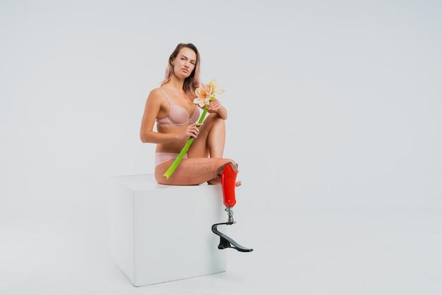 義足を持つ美しい若い女性