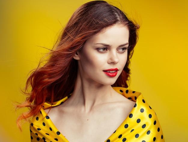 빨간 머리 초상화와 아름 다운 젊은 여자