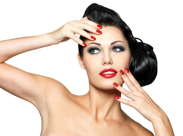 빨간 손톱과 패션 메이크업 아름다운 젊은 여자-흰 벽에 고립