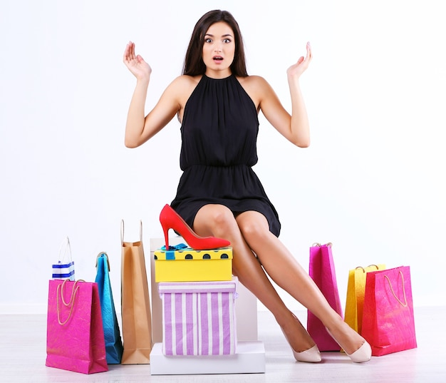 쇼핑백과 상자 흰색 절연 아름 다운 젊은 여자