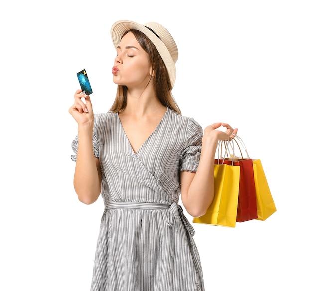 쇼핑백과 흰색 바탕에 신용 카드와 아름 다운 젊은 여자