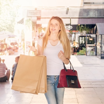 쇼핑백과 아름 다운 젊은 여자