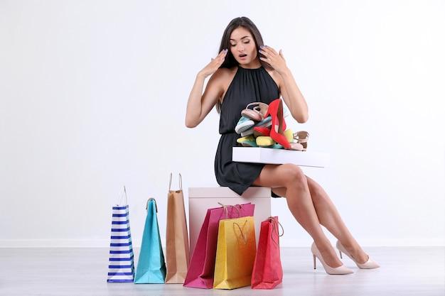 白で買い物をする美しい若い女性