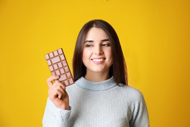 맛있는 초콜릿으로 아름 다운 젊은 여자