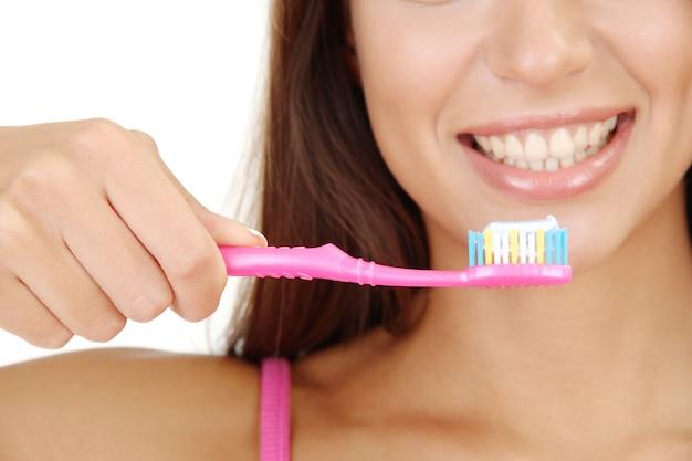 Красивая молодая женщина с крупным планом зубной щетки