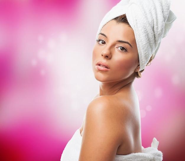 Bella giovane donna con un asciugamano sulla testa