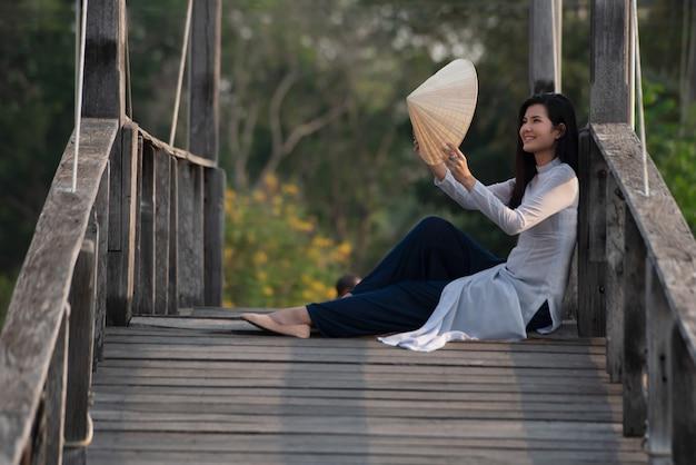 Красивая молодая женщина с традиционной вьетнамской культурой платье вьетнам