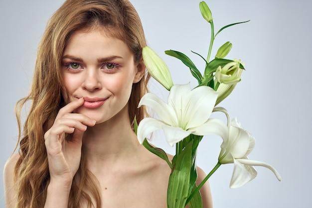 Красивая молодая женщина с белой лилией