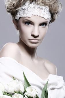 白いチューリップと美しい若い女性