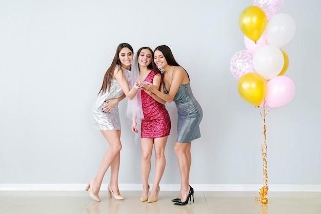 암 탉 파티에서 아름 다운 젊은 여성