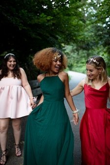 졸업 파티에서 즐거운 시간을 보내는 아름다운 젊은 여성