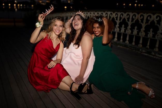 Красивые молодые женщины веселятся на выпускном вечере