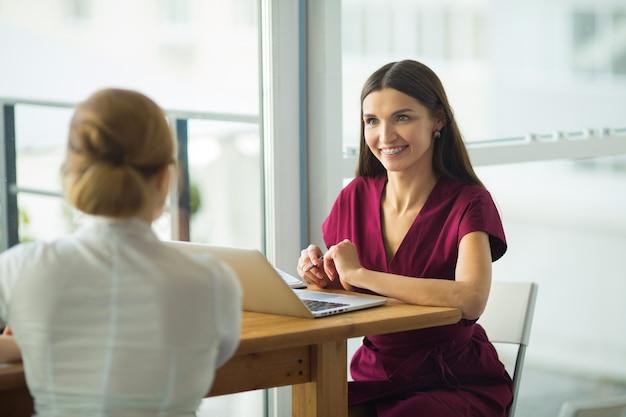 노트북 테이블에 사무실에서 아름다운 젊은 여성