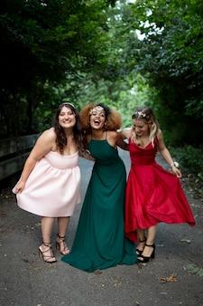 졸업 드레스를 입은 아름다운 젊은 여성