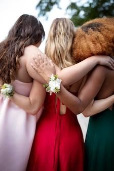 Красивые молодые женщины в своих выпускных платьях