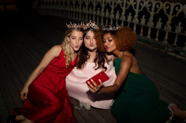 졸업식 밤에 아름다운 젊은 여성