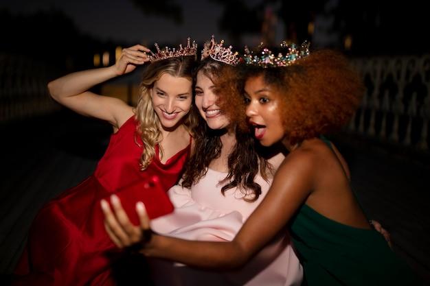 Красивые молодые женщины в их выпускной вечер