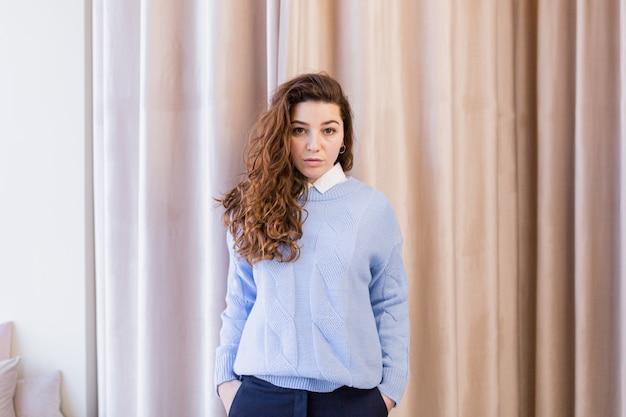 Красивые молодые женщины примеряют одежду в примерочной показывает новые покупки