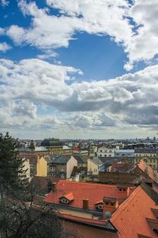 Красивый город загреб в хорватии под пасмурным голубым небом